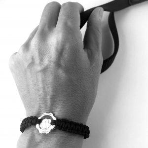 Bracciale simbolo bulldog argento e filo nero indossato