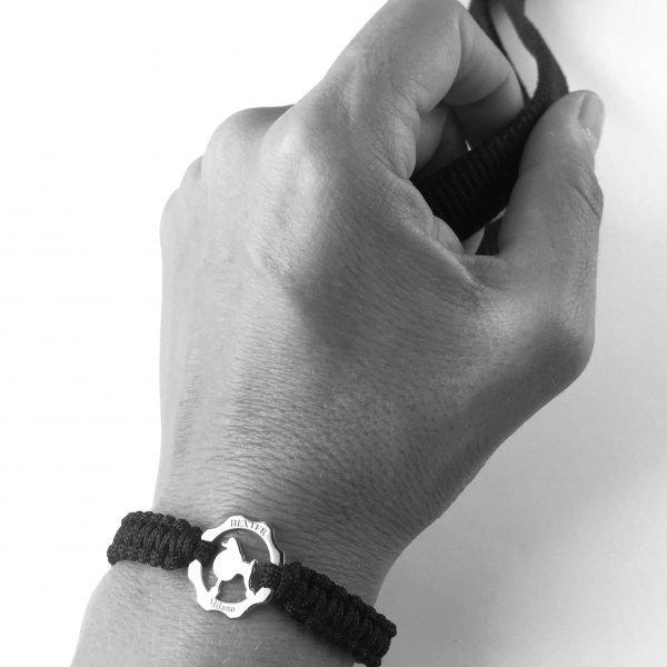 Bracciale simbolo barboncino argento filo nero indossato